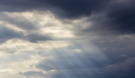 Beleuchten Sie im dunklen und drastischen Sturm-Wolkenhintergrund Stockfotografie