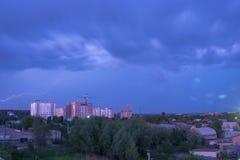 Beleuchten Sie im dunklen und drastischen Sturm-Wolkenhintergrund Stockfotos