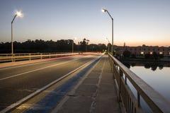 Beleuchten Sie Spuren auf der Brücke Stockfoto