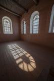 Beleuchten Sie von den Fenstern in einer Halle auf hölzernem zu einem Fußboden Lizenzfreies Stockbild