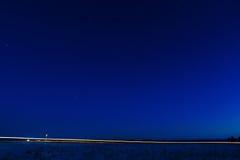 beleuchten Sie von den Scheinwerfern eines Autos auf einem Hintergrund des St. Stockfotos