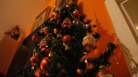 Beleuchten von einem Weihnachtsbaum stock video footage