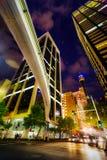 Beleuchtete Gebäude und monarail in Sydney Market Street gegen d Stockbilder