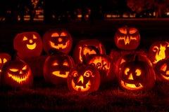 Beleuchtete Halloween-Kürbise mit Kerzen Stockbilder