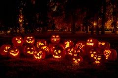 Beleuchtete Halloween-Kürbise mit Kerzen Stockbild