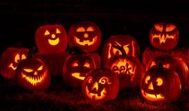 Beleuchtete Halloween-Kürbise mit Kerzen Stockfotos