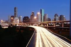 Beleuchtete Houston-Skyline gegen blauen Himmel Stockfoto