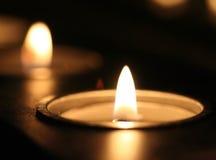 Beleuchtete Kerze Lizenzfreies Stockfoto
