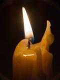 Beleuchtete Kerze stockbild