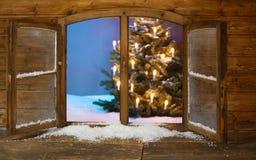 Beleuchtete Weihnachtsbaum-Ansicht von der Fenster-Scheibe Stockbild