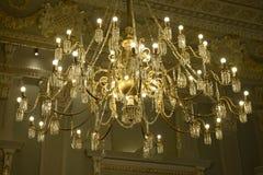 Beleuchteter goldener Leuchter, dekorative Weinlese-Decke Stockfotos