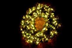 Beleuchteter WeihnachtsWreath nachts Lizenzfreies Stockbild