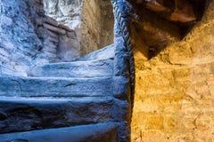 Beleuchtetes Steintreppenhaus in einem mittelalterlichen Schloss Stockfotos