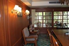 Beleuchtung im kleinen Konferenzzimmer stockbild