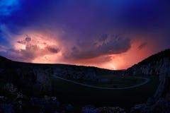Beleuchtung und Sturm über Hügeln in der Nacht Stockbild