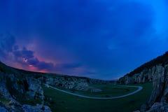 Beleuchtung und Sturm über Hügeln in der Nacht Lizenzfreie Stockbilder