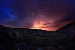 Beleuchtung und Sturm über Hügeln in der Nacht Lizenzfreies Stockfoto