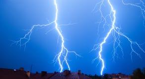 Beleuchtungen in einem Sturm über der Stadt Lizenzfreie Stockbilder