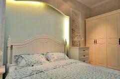 Beleuchtungfarben-Bettwäscheraum Stockbilder