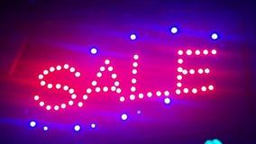 Beleuchtungs-Verkauf Straßenschild mit kleinen Lichtern, Girlanden Landschaft mit dem Glühen, Blinklichter Dynamisch, Bewegungsge stock video footage