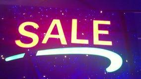 Beleuchtungs-Verkauf Straßenschild mit kleinen Lichtern, Girlanden Landschaft mit dem Glühen, Blinklichter Dynamisch, Bewegungsge stock video