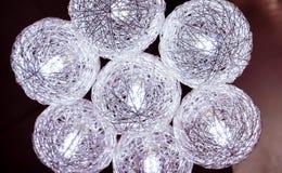 Beleuchtungsball, der von der Decke auf schwarzem Hintergrund hängt Stockfotografie