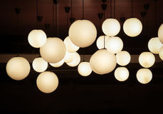 Beleuchtungsball, der von der Decke hängt stockfoto