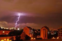 Beleuchtungsbolzen über der Stadt Stockfotografie