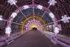 Beleuchtungsdekoration des neuen Jahres und des Weihnachten der Stadt -- Der helle Tunnel auf Tverskoy-Boulevard, Russland Stockfoto
