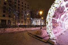Beleuchtungsdekoration des neuen Jahres und des Weihnachten der Stadt -- Der helle Tunnel auf Tverskoy-Boulevard, Russland Stockbilder