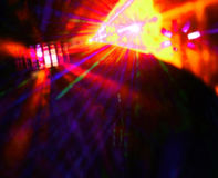 Beleuchtungsdisco mit hellen Strahlen des Scheinwerfers, Laser-Show Stockbilder