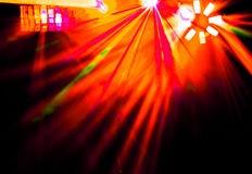Beleuchtungsdisco mit hellen Strahlen des Scheinwerfers und Laser stellen dar Stockbild