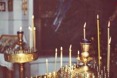 Beleuchtungskerzen in der orthodoxen Kirche Lizenzfreies Stockfoto