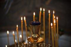 Beleuchtungskerzen in der orthodoxen Kirche Stockfoto