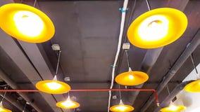 Beleuchtungslampen mit schwarzer Decke Stockbilder