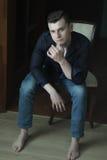 Beleuchtungsporträt Studios des jungen Mannes des in voller Länge zurückhaltendes Lizenzfreie Stockfotografie
