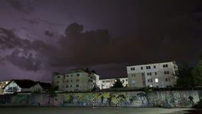 Beleuchtungssturm über Nachbarschaft stock video