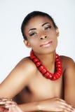 Beleza africana com corais vermelhos Fotos de Stock Royalty Free