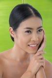 Beleza asiática com folha da banana Imagens de Stock