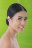 Beleza asiática com folha da banana Fotos de Stock Royalty Free