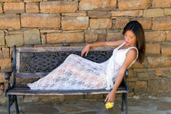 Beleza asiática com rosa do amarelo Fotos de Stock Royalty Free