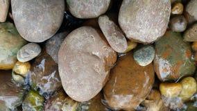 A beleza cênico da água que corre através da rocha canção imagens de stock royalty free