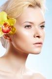 Beleza com flor da orquídea, wellness dos termas, cuidado de pele Imagem de Stock