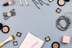 Beleza, conceito do blogger da forma Acessórios de forma, livro de nota e cosméticos na configuração cinzenta do plano do fundo fotos de stock