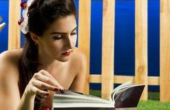 Beleza da leitura Imagens de Stock Royalty Free