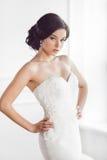 Beleza da noiva Conceito luxuoso do vestido da forma da composição do penteado do casamento fotos de stock