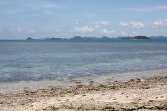 Beleza da praia e céu azul Fotografia de Stock