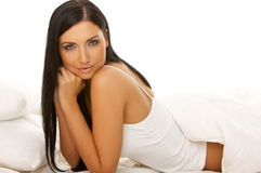 Beleza de cabelo preta na cama Fotos de Stock