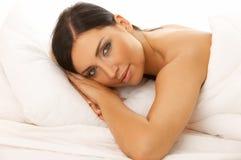 Beleza de cabelo preta na cama Imagens de Stock Royalty Free