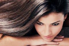 Beleza do cabelo escuro fotografia de stock